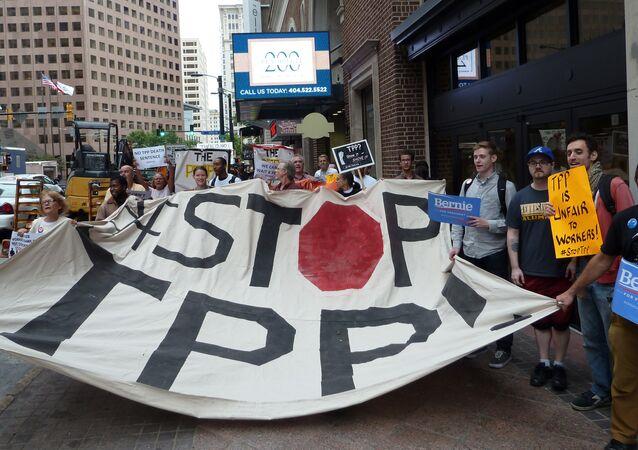Manifestantes contra o acordo comercial de Parceria Trans-Pacífico nos EUA