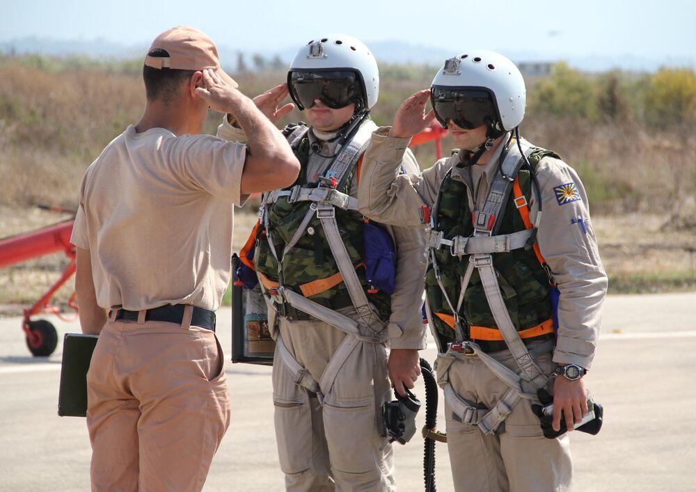 Pilotos militares russos na base aérea de Khmeimim na Síria
