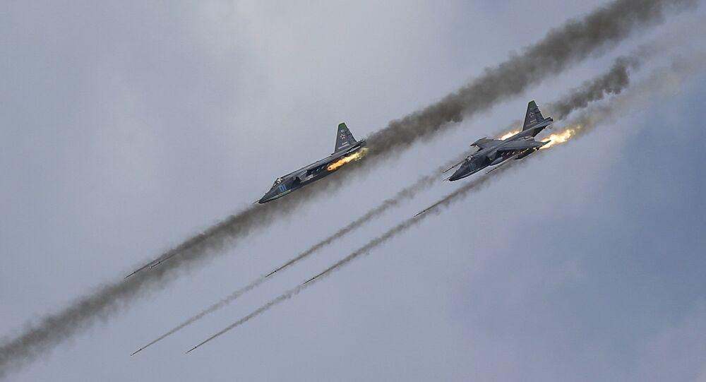 Caças Su-25 da Força Aérea russa durante treinos militares