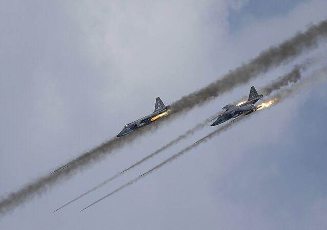 Caças Su-25 da Força Aérea russa (imagen referencial)