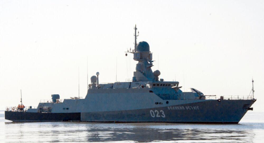Navio ligeiro equipado com mísseis de cruzeiro Veliky Ustiug durante exercícios navais no mar Cáspio Centro-2015