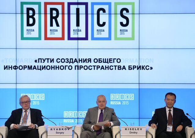 """Participantes do fórum """"Vias de Criação de um Espaço Informacional Comum dos BRICS"""", 8 de outubro de 2015"""