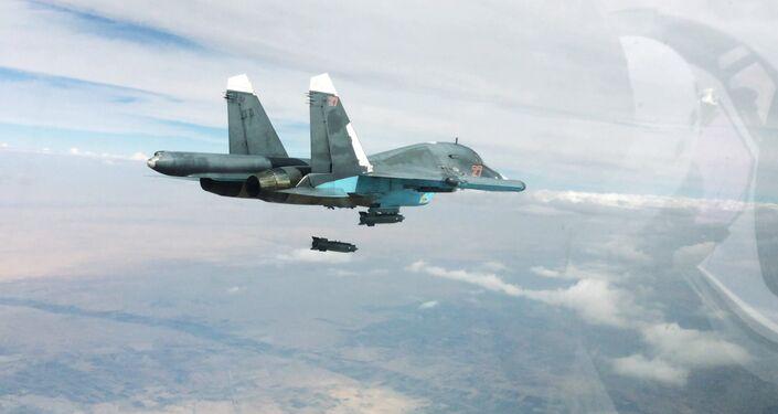 Caça-bombardeiro Su-34 durante lançamento de ataque aéreo nas províncias de Raqqa e Aleppo na Síria