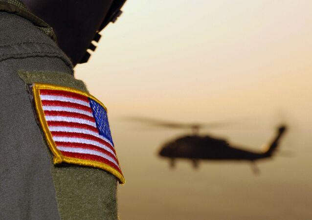 Bandeira americana de oficial do exército americano com um helicóptero UH-60A Black Hawk ao fundo