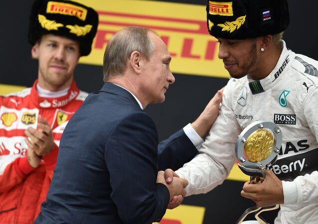 Vladimir Putin premia os vencedores do segundo Grande Prêmio da Fórmula 1 em Sochi