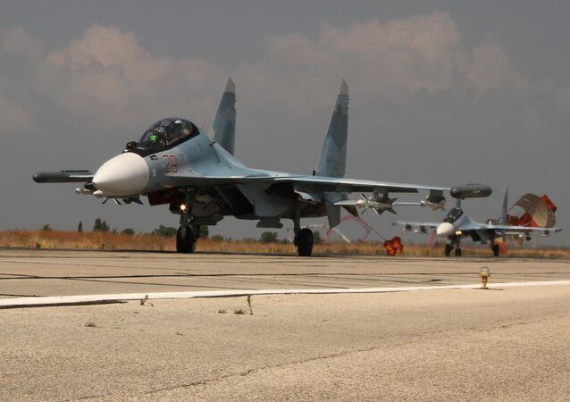 Caça russo Su-30 na base aérea na Síria