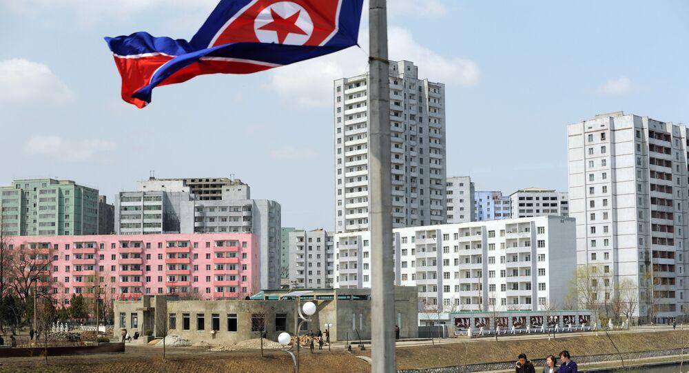Bandeira da Coreia do Norte nas ruas de Pyongyang (foto do arquivo)