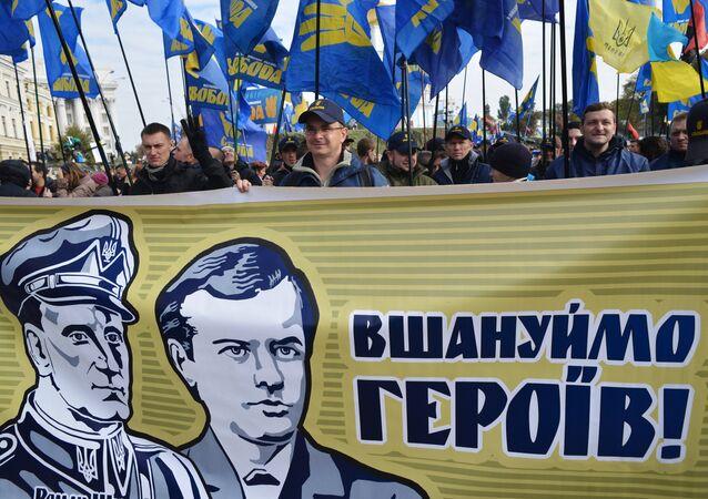 Cartazes e bandeiras do partido Svoboda nas ruas de Kiev