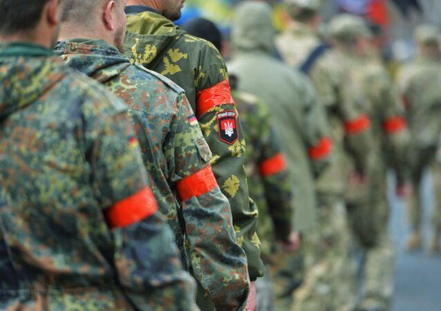 Homens vestindo uniforme militar com distintivos do Setor de Direita