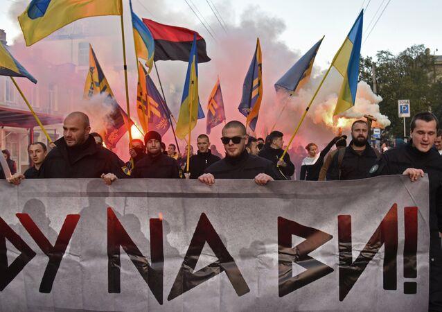 Militantes do partido Svoboda (Liberdade) e do grupo extremista Setor de Direita em Odessa