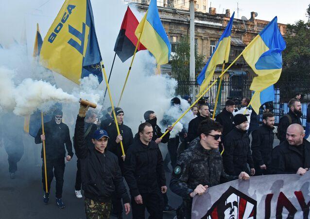 Militantes do partido Svoboda (Liberdade) e do grupo extremista Setor de Direita em Odessa, no Dia do Defensor da Ucrânia