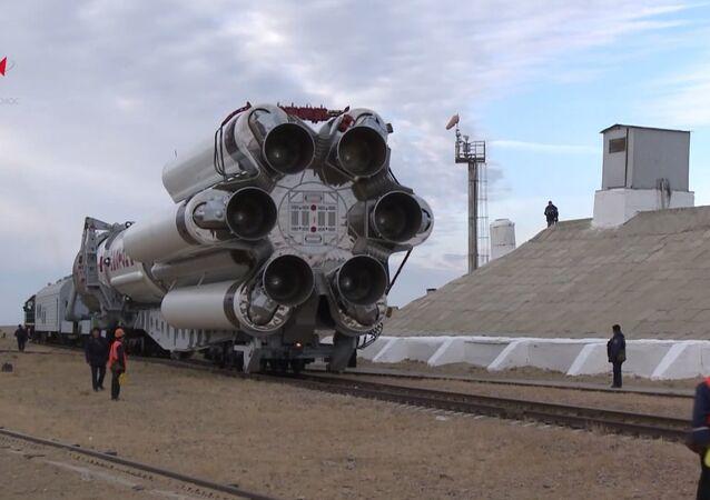 Contagem regressiva: míssil Proton-M chega para local de lançamento