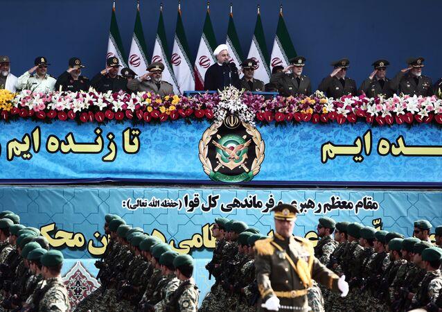 Soldados iranianos participando de parada militar do Dia do Exército em Teerã em frente do presidente Hassan Rohani, em 18 de abril 2015