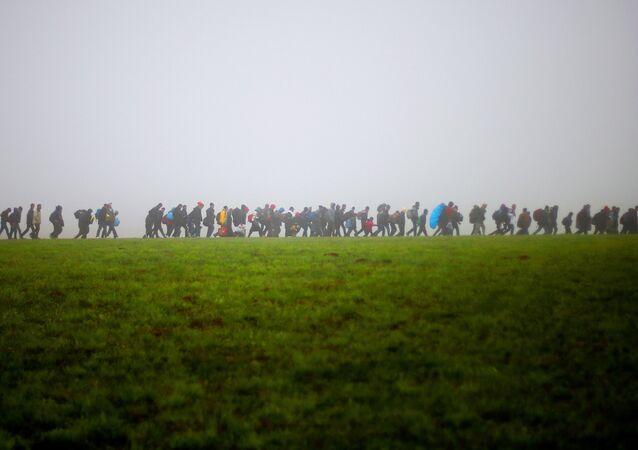 Imigrantes seguem caminho após cruzar a fronteira da Áustria e da Alemanha - 15 de outubro de 2015