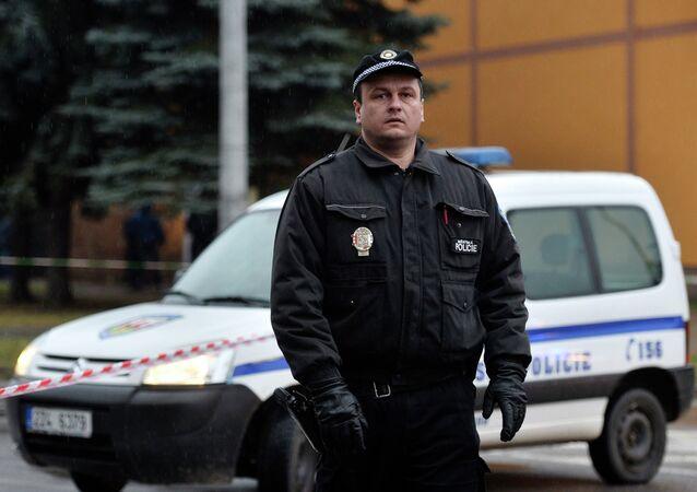 Oficial da polícia tcheca patrulha as ruas de Uhersky Brod