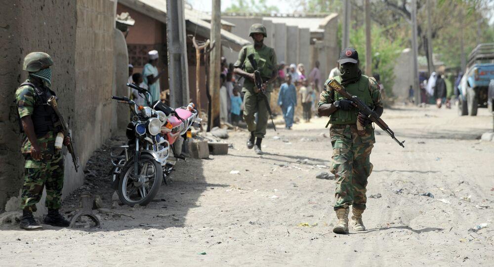 Soldados nigerianos patrulhando ruas em uma cidade do estado de Borno