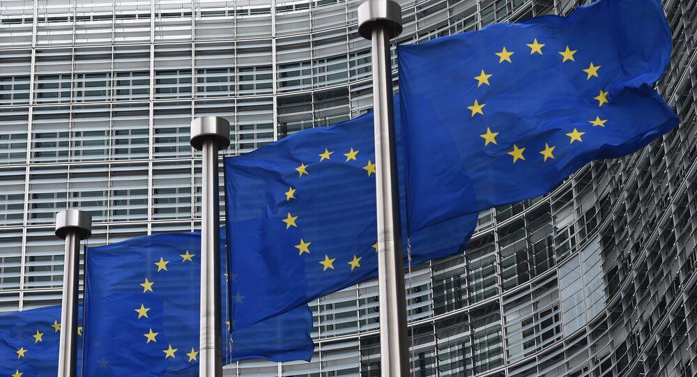 Bandeiras da União Europeia próximo ao edifício da Comissão Europeia, Bruxelas
