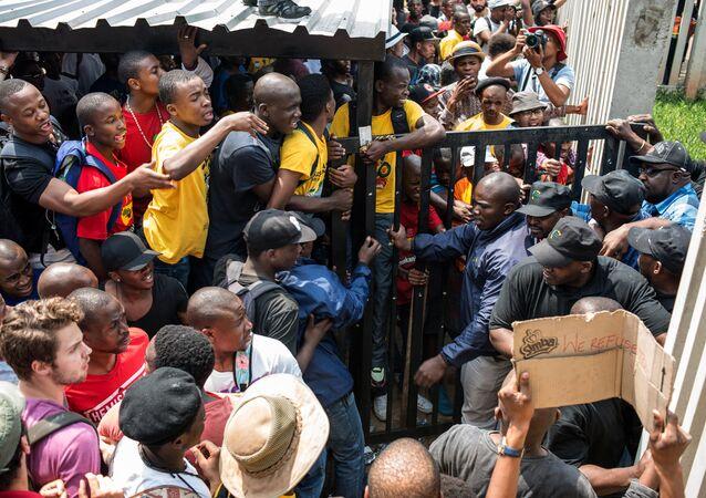 Estudantes tentam entrar na universidade en Johannesburgo