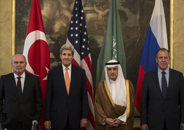 Chanceleres Feridun Sinirlioglu (Turquia), John Kerry (EUA), Adel Jubeir (Arábia Saudita) e Sergei Lavrov (Rússia)