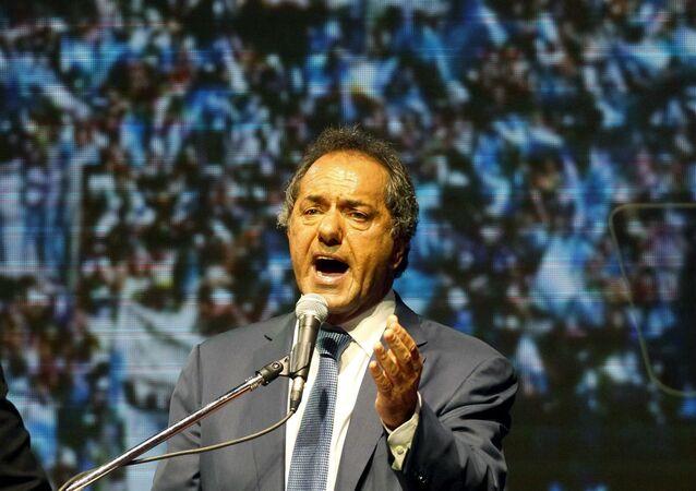Daniel Scioli comemorou a vitória no primeiro turno das eleições argentinas, mas terá uma dura batalha na rodada final.