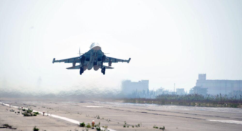Su-34 russo está decolando na base aérea Hmeymim em província síria de Latakia