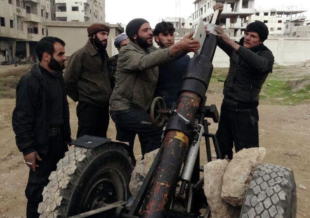Membros do Exército Livre da Síria em Eastern Ghouta, subúrbio de Damasco, em 3 de janeiro de 2015