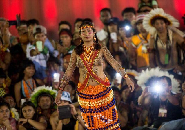 Mulheres de diversas etnias participam de desfile de beleza indígena durante os Jogos Mundiais dos Povos Indígenas em Tocantins