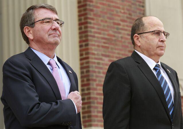 O secretário de Defesa dos EUA, Ashton Carter, ao lado do ministro israelense Moshe Ya'alon, em Washington