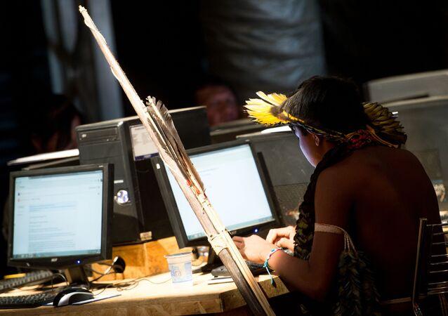 Indígenas brasileiros fazem cursos de informática na Oca Digital durante os Jogos Mundiais dos Povos Indígenas