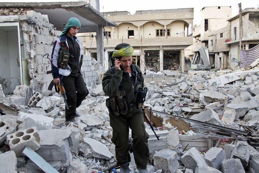 Milicianas curdas avançam no combate do Estado Islâmico.