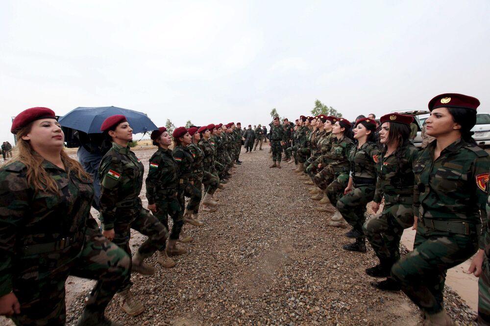 Mulheres curdas de peshmerga participam de uma sessão de treinamento em um campo em Banslawa, no norte de Bagdá.