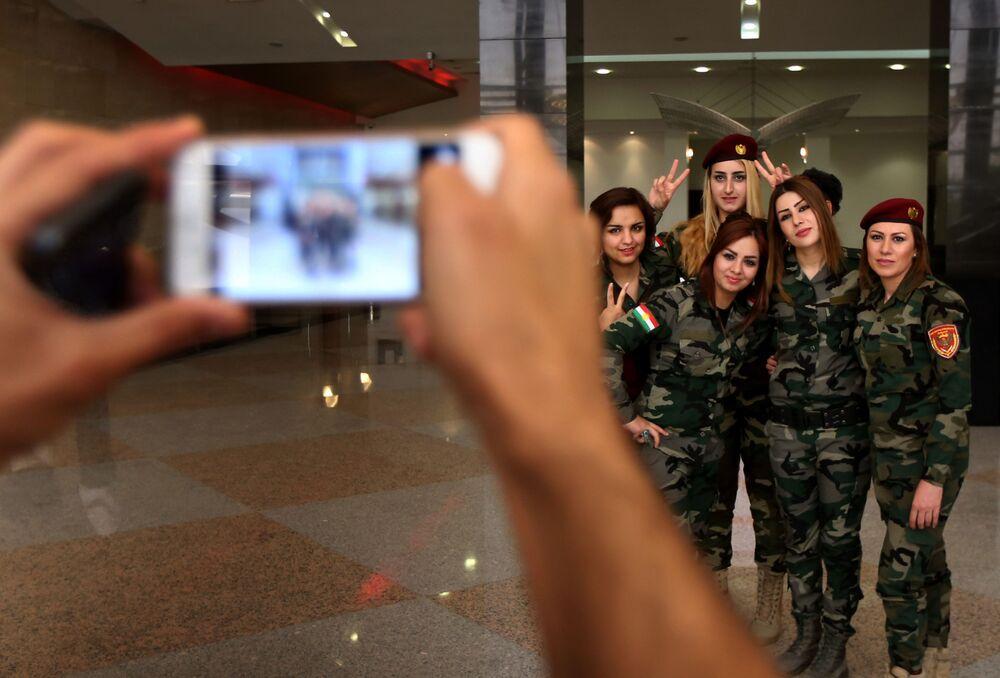 Guerreiras curdas posam para uma foto.