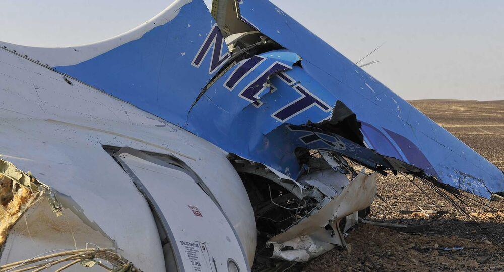A foto tirada pelos oficiais do primeiro-ministro mostra uma parte na aeronave caida em Hassana, Egito na sábado, 31 de outubro, 2015