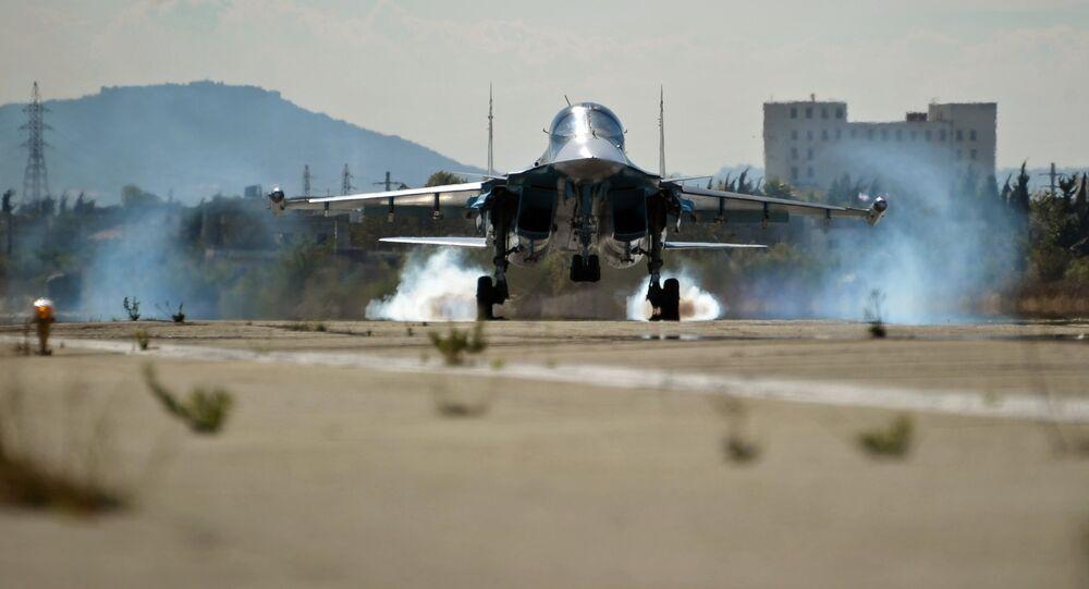 Su-34 russo pousa na base aérea de Hmeymim, na Síria