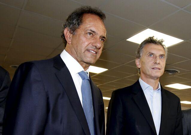 Candidatos à presidência da Argentina, Daniel Scioli (esquerda) e Mauricio Macri (direita) participam da inauguração de um novo prédio da Editorial Perfil, em Buenos Aires. 23 de outubro de 2015.