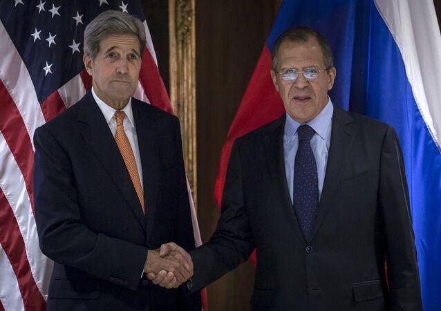Secretário de estado americano John Kerry (E) Sergei Lavrov, ministro de Relações Exteriores da Rússia, em Viena