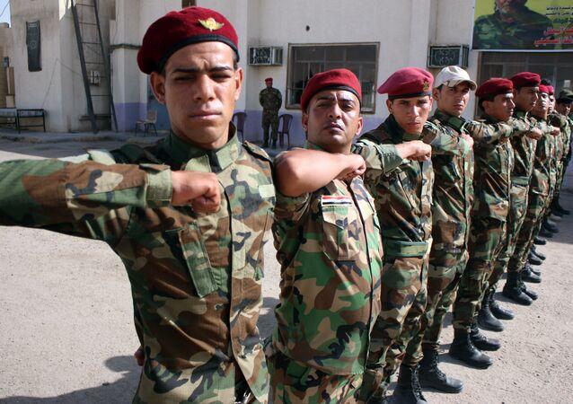 Voluntários iraquianos xiitas no campo militar na cidade de Basra, Iraque