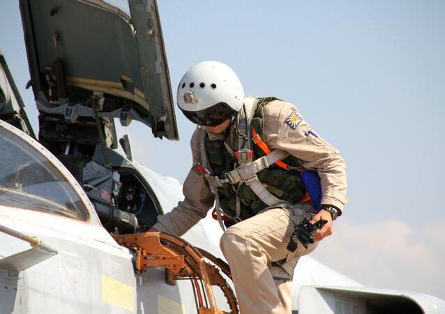Piloto russo entra em um caça Su-24 na Síria