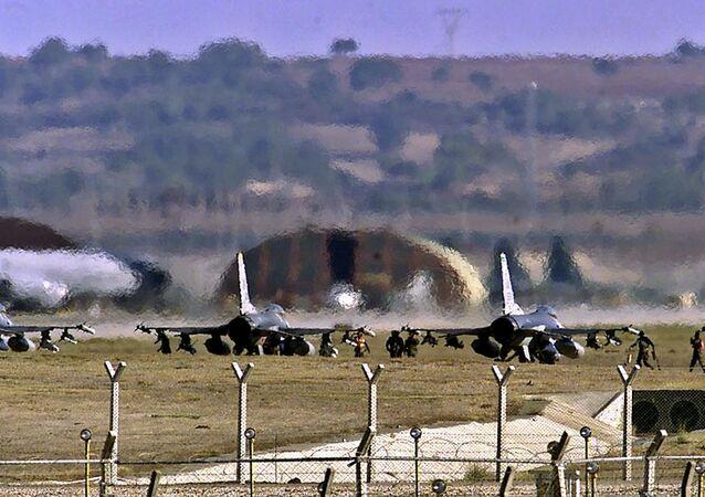 Caças F-16 dos EUA na base aérea de Incirlik