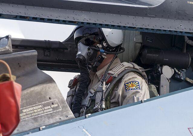 Um piloto senta-se na cabina do piloto de um caça Sukhoi Su-30 na base aérea de Hmeymim, perto de Latakia, Síria, 22 de outubro de 2015