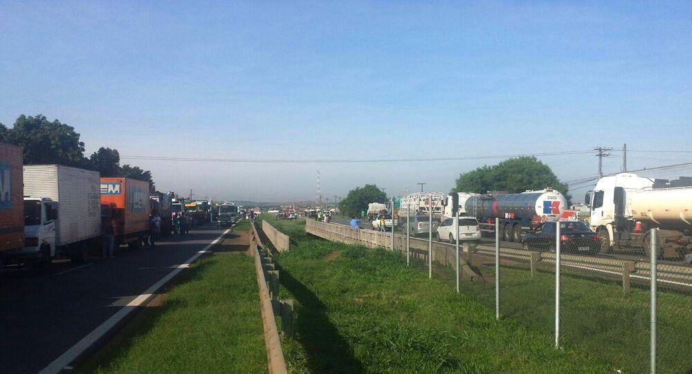 """Presidente da AEB afirma que """"a greve não é organizada por entidades patronais do setor de transporte, é feita por caminhoneiros independentes"""""""