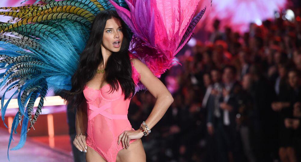 Modelo brasileira Adriana Lima no desfile apresenta as asas do anjo