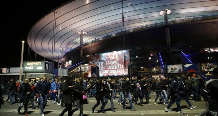 Pessoas abandonam o estádio Stade de France depois do amistoso entre França e Alemanha e atentado