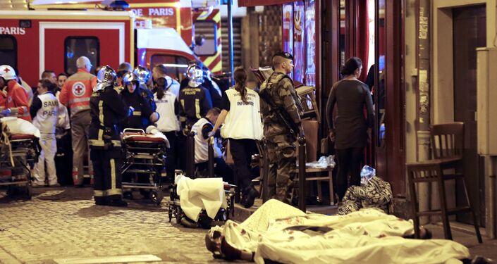Um soldado perto de corpos de vítimas do atentado em Paris