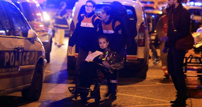 Uma mulher ferida é evacuada do teatro Bataclan depois do tiroteio