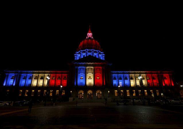 San Francisco City Hall iluminado com as cores da bandeira francesa em solidariedade com todos aqueles que foram afetados pelos ataques
