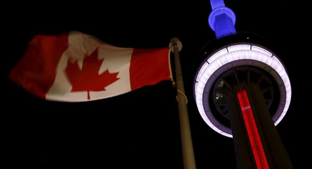 Torre canadense CN Tower em cores da bandeira francesa, em solidariedade com as vítimas do atentado em Paris