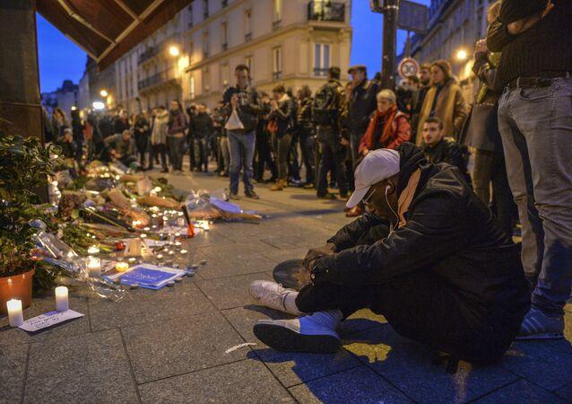 Parisienses em luto após ataques terroristas de 13 de novembro