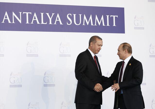 O presidente turco, Recep Tayyip Erdogan, cumprimenta o presidente russo, Vladimir Putin, durante a cerimônia da inauguração da cúpula do G20 na Turquia em 15 de novembro de 2015, em Antália