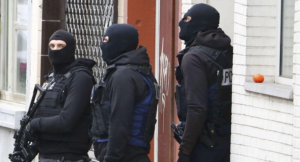 Polícia belga realiza operação em conexão com ataques em Paris, na França.